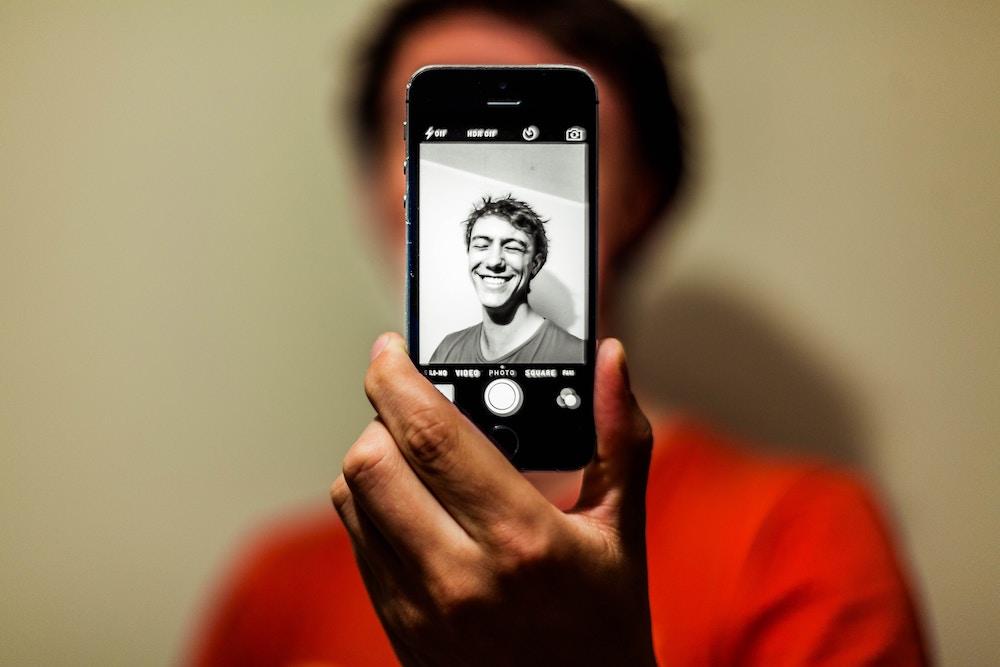 【30代以上の男性向け】年下女性と出会えるプロフィール画像の撮り方4つ
