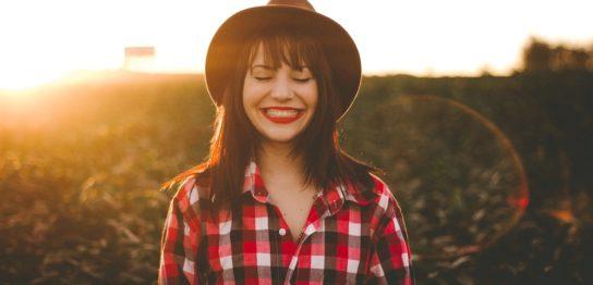 本物の笑顔だと勘違いさせる作り笑い・愛想笑いの作り方6つ