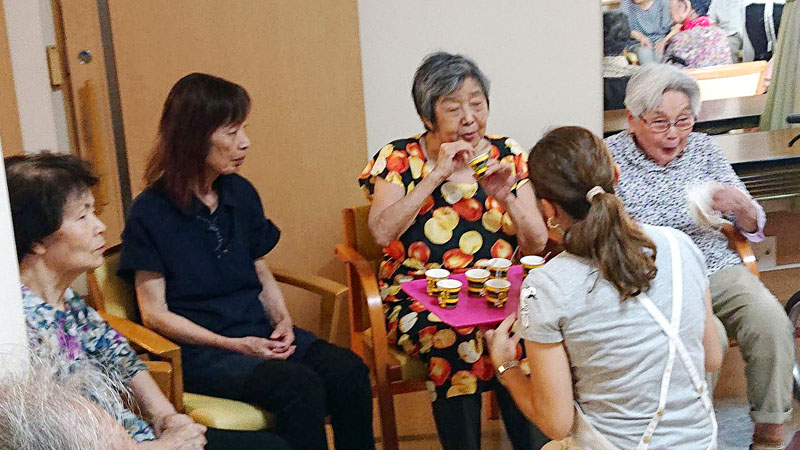 """とろみ付きのお茶漬け 介護施設で試食会 """"いつもの味をいつまでも"""" 永谷園 - 食品新聞社"""
