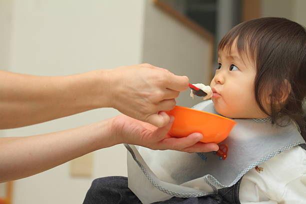 【管理栄養士監修】離乳食を食べないのはなぜ? 月齢別の対処法   マイナビウーマン子育て
