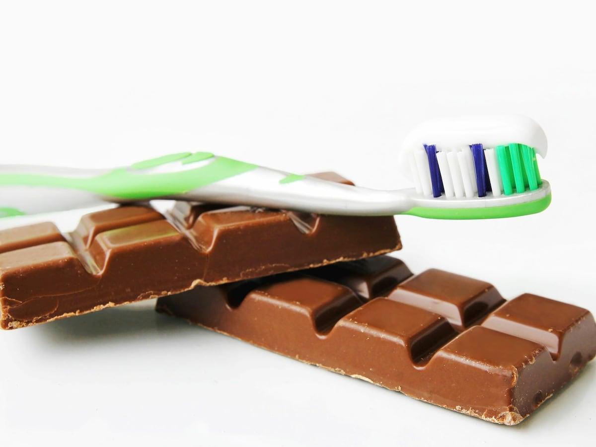 虫歯予防の鉄則!チョコレートより「ながら食べ」が危険なワケ [虫歯] All About