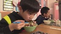 """サケ不漁でも給食にイクラ丼 """"食べ放題"""" 北海道 標津町   NHKニュース"""