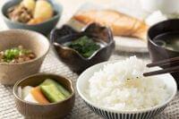 日本人の低炭水化物食と死亡リスクとの関連はU字型 蛋白源や脂質源による差異も存在