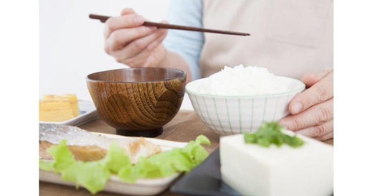 知れば慌てない 認知症の種類で異なる「食事の困難」 ヘルスUP NIKKEI STYLE