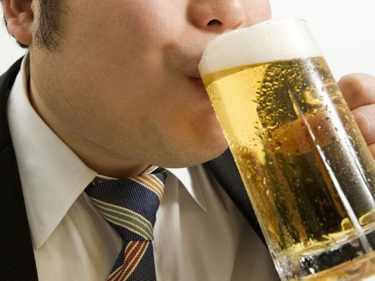 お酒の飲みすぎで「腰痛」に!?…膵臓の病気かも | マイナビニュース