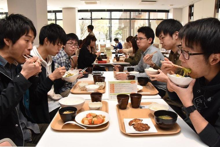 ニッポンの食卓:第2部 育ちの現場から/4 食生活改善 大学生協の挑戦 - 毎日新聞