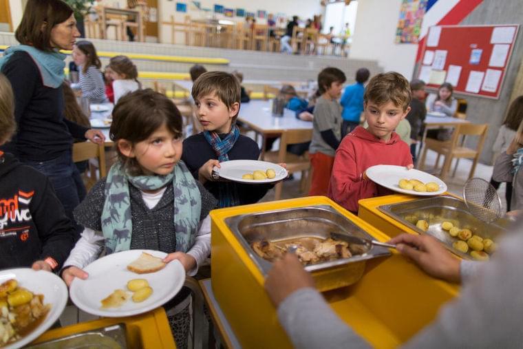 日本のような学校給食がないスイスの公立小学校、親たちはどうしている? - SWI swissinfo.ch