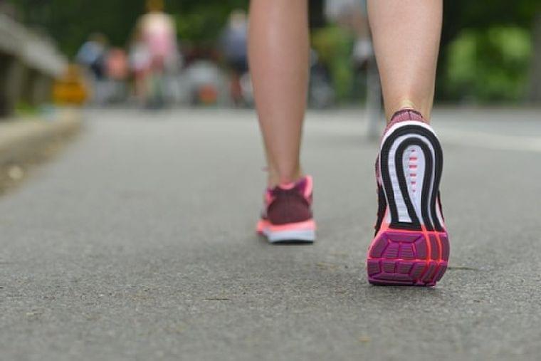 寿命を延ばすには夕方スニーカーで歩こう 1日1万歩は多過ぎ|ニフティニュース