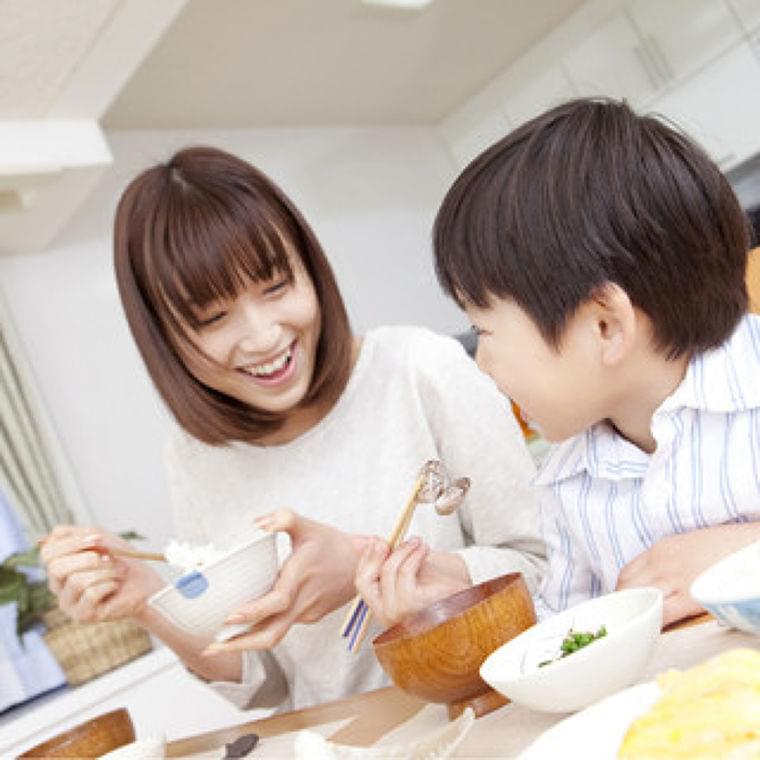 テレビを観ながら食事をすると肥満リスクが高まるとの調査が報告 | マイナビニュース