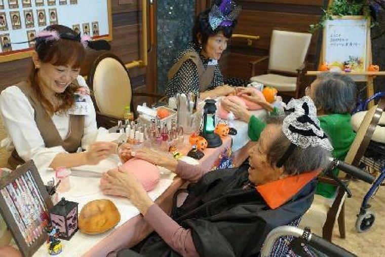 【100歳時代プロジェクト】認知症患者の生活、質向上  アロマやマニキュアで楽しく  (1/3ページ) - SankeiBiz(サンケイビズ)