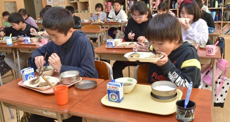 給食、栄養維持に苦心 県内小中学校への提供現場 | 岩手日報 IWATE NIPPO