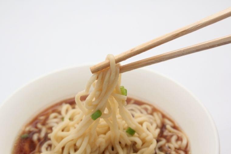 コンビニ昼食、不健康メシはどっち? カップ麺+おにぎり vs 生姜焼き弁当+野菜サラダ | 日刊SPA!