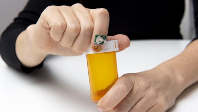 IBMリサーチ、爪装着型センサーで健康状態を把握  :日本経済新聞