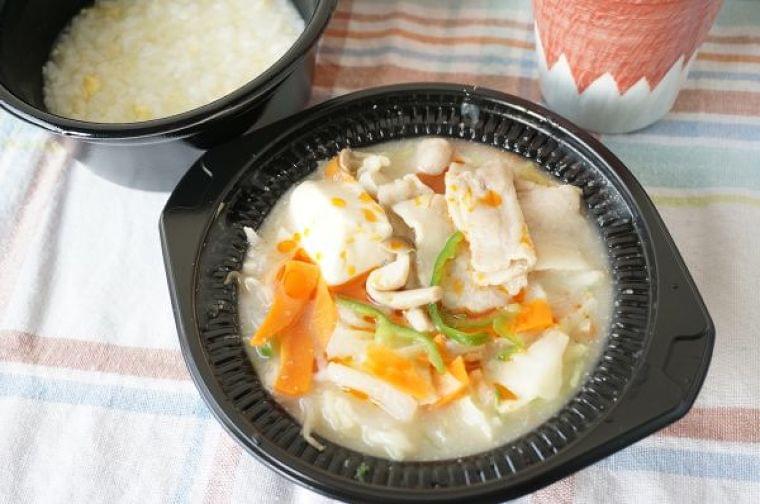 冬の野菜不足をコンビニ鍋で解消!カット野菜を加えるだけでおいしさと健康度がぐんとアップ | もぐナビニュース【もぐナビ】