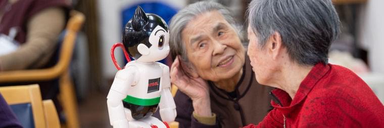 AIロボットは認知症介護を救うか?ロボット「ATOM」の試み(奥津 圭介) | 現代ビジネス | 講談社(1/4)