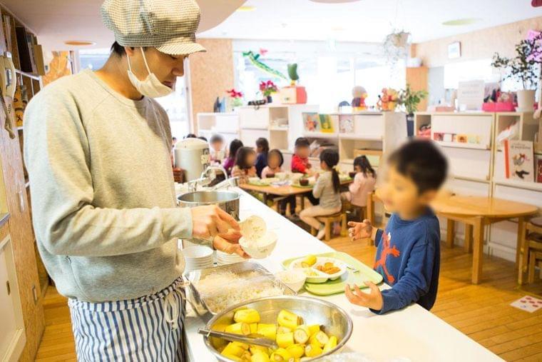 私語禁止の「黙食」で給食が苦痛に…教員も悩む「食育はそれでいいの?」 (1/2) 〈AERA〉|AERA dot. (アエラドット)