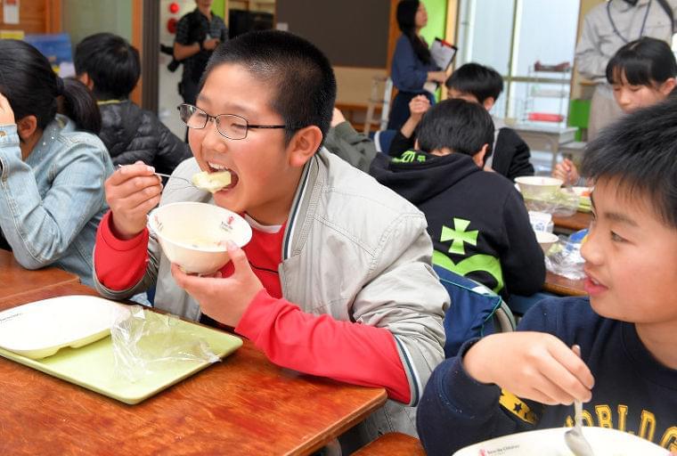 熊本地震:あす1年 温かい給食「めちゃうまい」 - 毎日新聞
