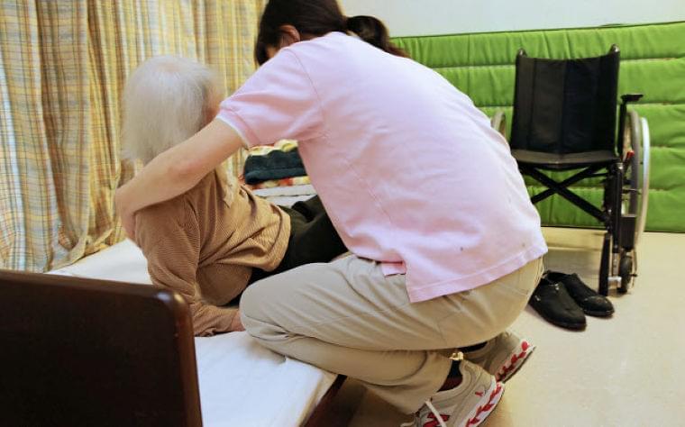 介護職員の平均月給、初の30万円超え 厚労省調べ  :日本経済新聞