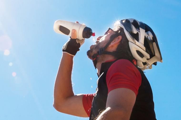脱水症対策に効果的な「ハイポトニック」ドリンク 水分補給に最適な糖分バランス - cyclist
