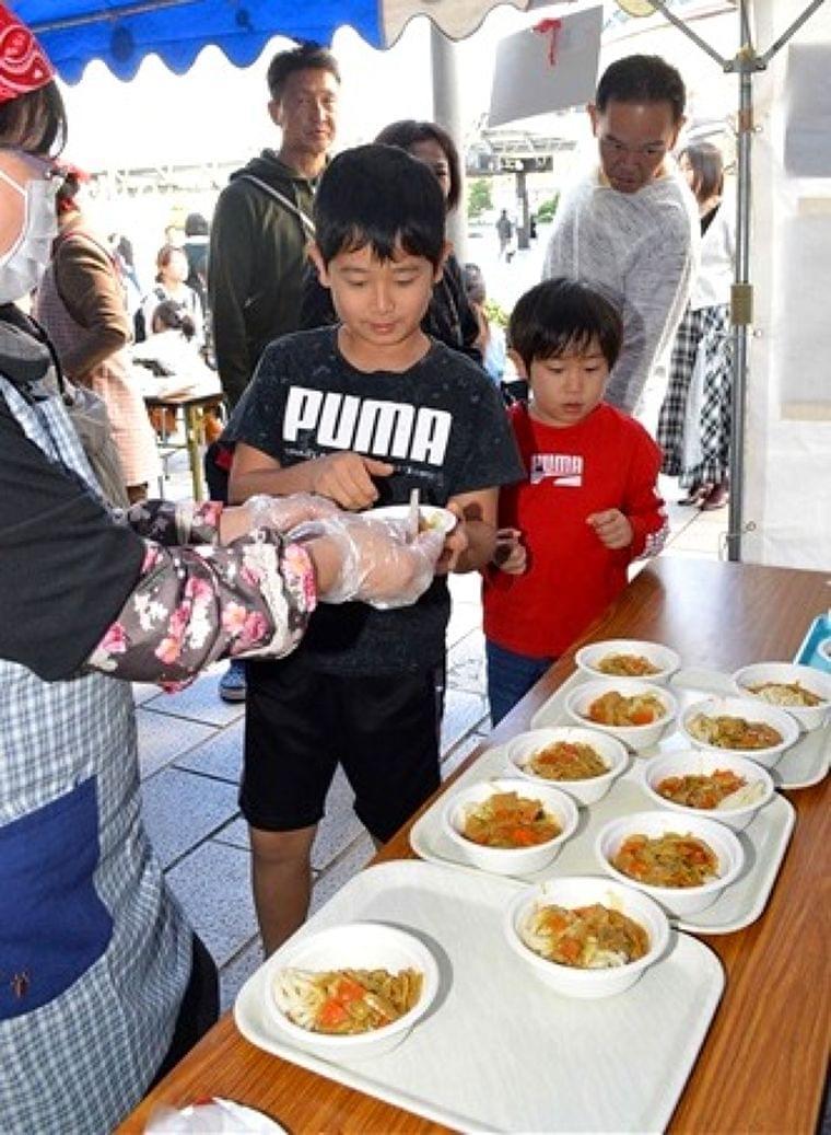 人気メニューの学校給食を提供 JR浜松駅北口|静岡新聞アットエス