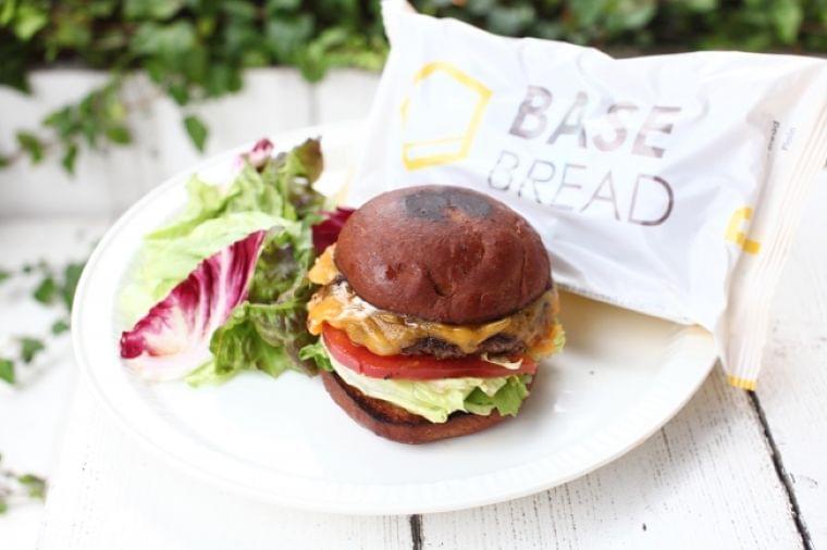 約30種類の栄養素がとれる、ベースフードの完全栄養パン(※1)を使ったハンバーガー「BASE BURGER (ベースバーガー)」12/4 (水) より 期間限定発売開始!@大手町:時事ドットコム