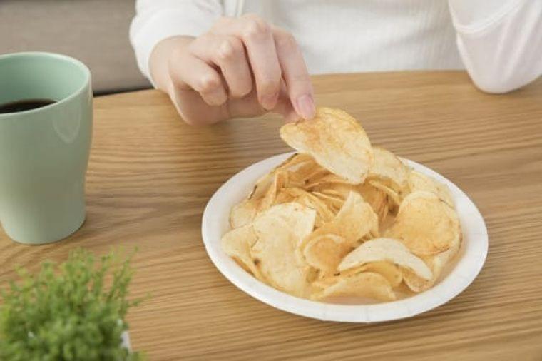 在宅中つい手が伸びるスナック菓子 上手な減塩法は?
