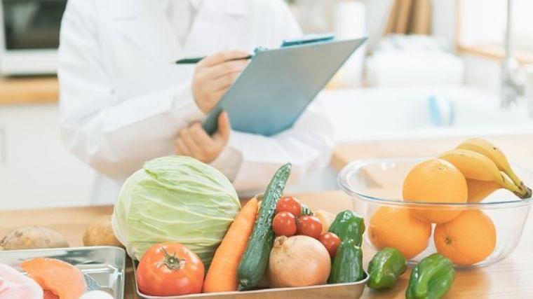 高給の医師、薬剤師…なぜ「管理栄養士」の給料は激安なのか | 富裕層向け資産防衛メディア | 幻冬舎ゴールドオンライン