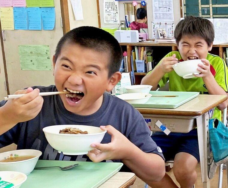 笑顔でがっつり!沖縄の子たちがびっくりした給食とは? | 沖縄タイムス+プラス ニュース | 沖縄タイムス+プラス