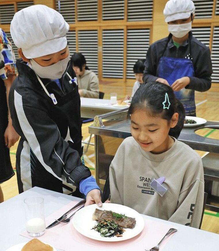 和牛ステーキに大喜び 熊谷の小学校で給食 畜産農家支援の補助金活用:東京新聞 TOKYO Web