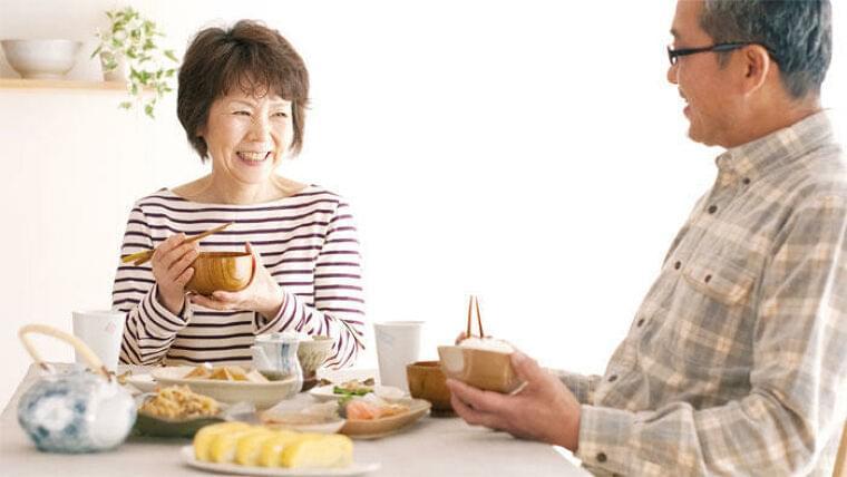 人の声を聞きながら食べると、一人でもおいしく感じる 独居者高齢者やコロナ禍の孤食対策に