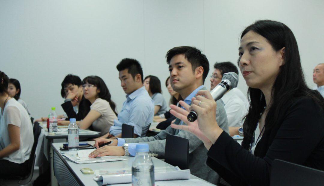 支援企業の社員が審査員を務め、フィードバックや質問が飛び交う。