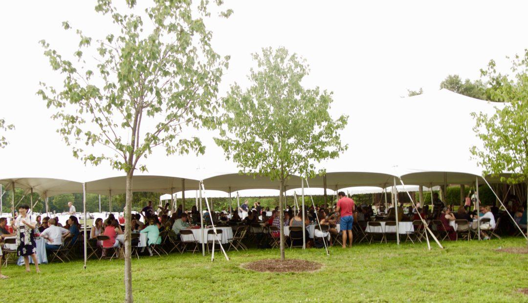 最終日は外の会場でランチパーティが行われた。世界各地から集まった教育関係者が交流する。