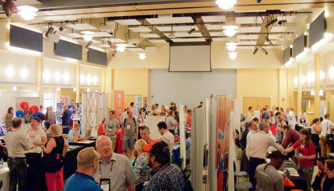 キャンパス内に展示会場が設けられ、大学や企業がブースを出展する。