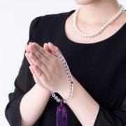 孤独死の葬儀に出席する女性の写真