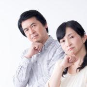 遺品整理はいつから始めるべきか悩む夫婦の写真