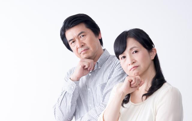 買取判断が難しい遺品に悩む夫婦