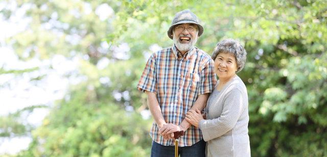 終活に大事な生前整理を考える夫婦の写真