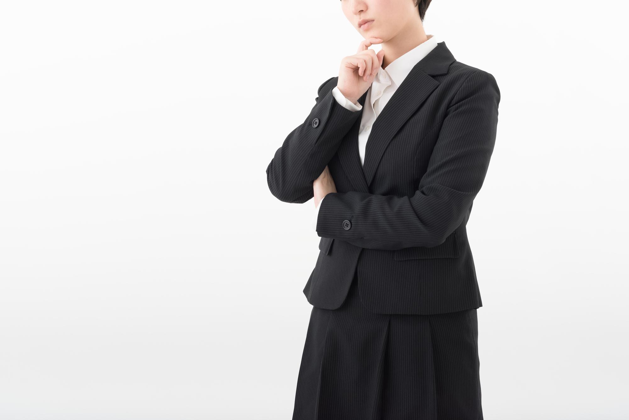 悩む遺品整理アドバイザーの女性