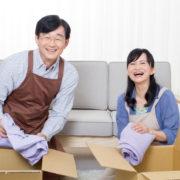 遺品整理のやり方を実践する夫婦の写真
