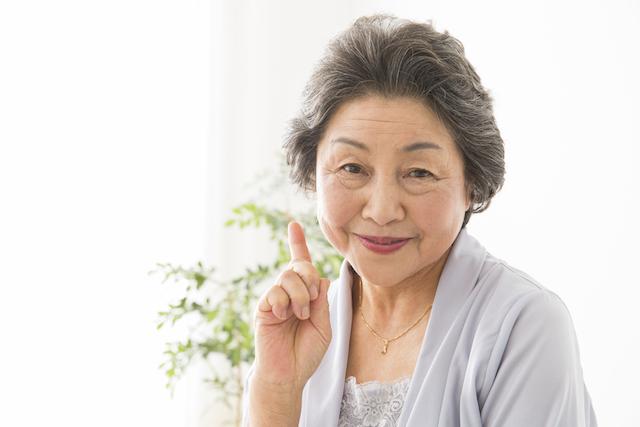 生前整理に関するアドバイスをする女性
