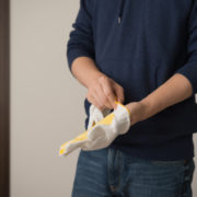 遺品整理のアルバイトを行う男性の写真