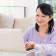 遺品整理業者キーパーズのWEBサイトを見る女性