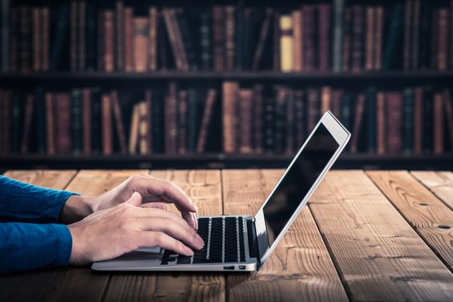 デジタル遺産のパソコンを触る人