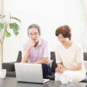 遺品整理業者プログレスのWEBサイトを見る女性