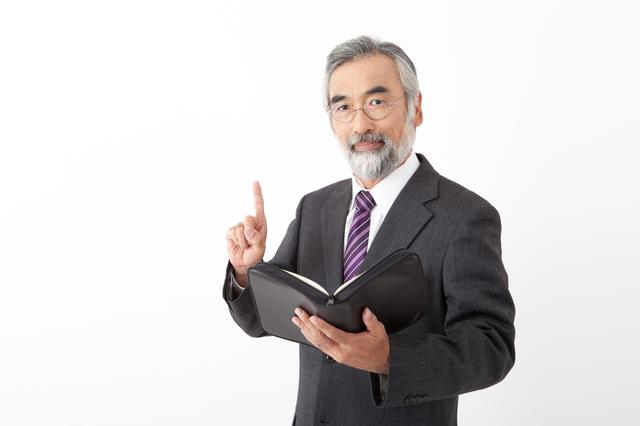 エンディングノートとはエンディングノートの注意事項を教えてくれる男性