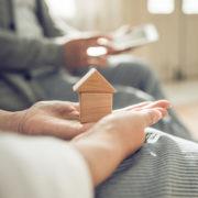 孤独死がマンションで起きる可能性を考える夫婦