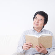 離婚と相続で相続人の順番について考える男性