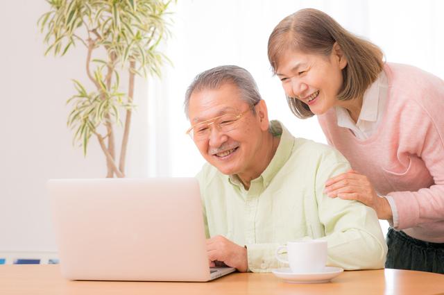 生前整理のブログをチェックする夫婦