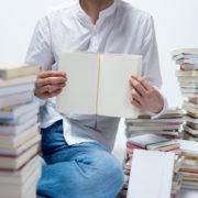 遺品整理で本を整理する人