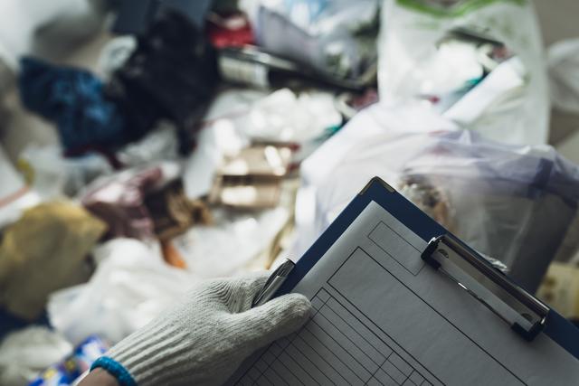 特殊清掃業者に遺体があった部屋の掃除を依頼する